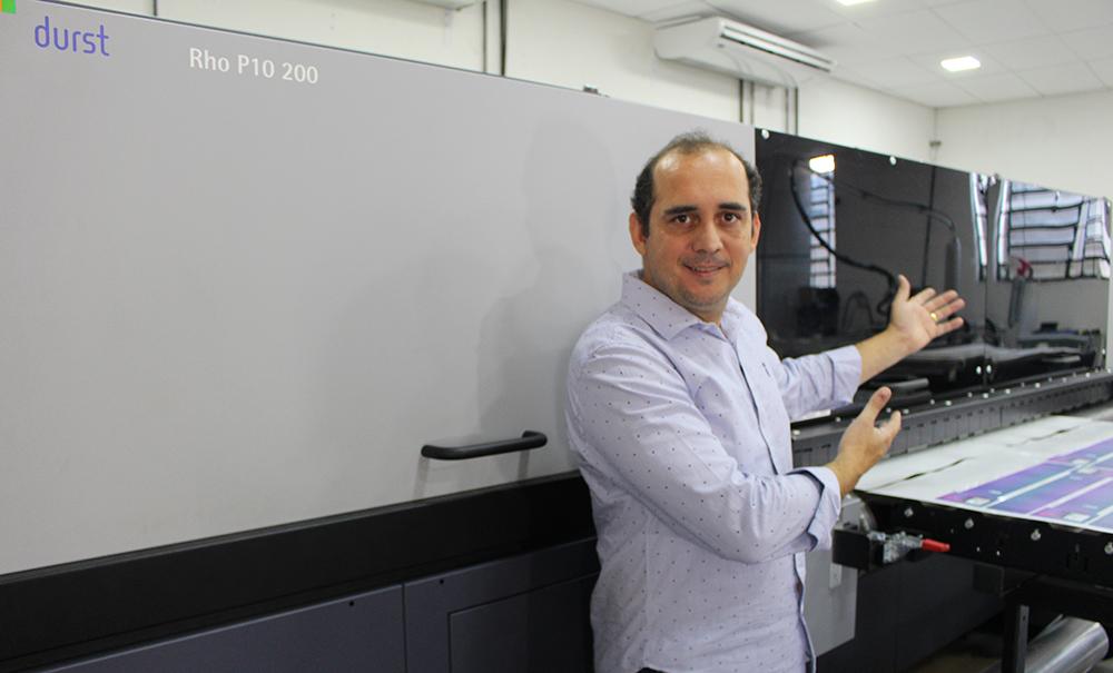 Eduardo Costa, diretor comercial da Chromajet, ao lado da Rho P10 200