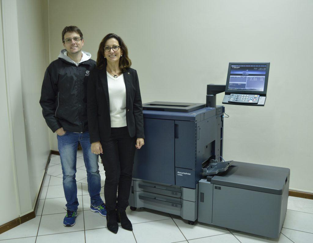 Rosane e Franciel Roehrs, sócios-proprietários da Gráfica SR ao lado da AccurioPRINT C2060L