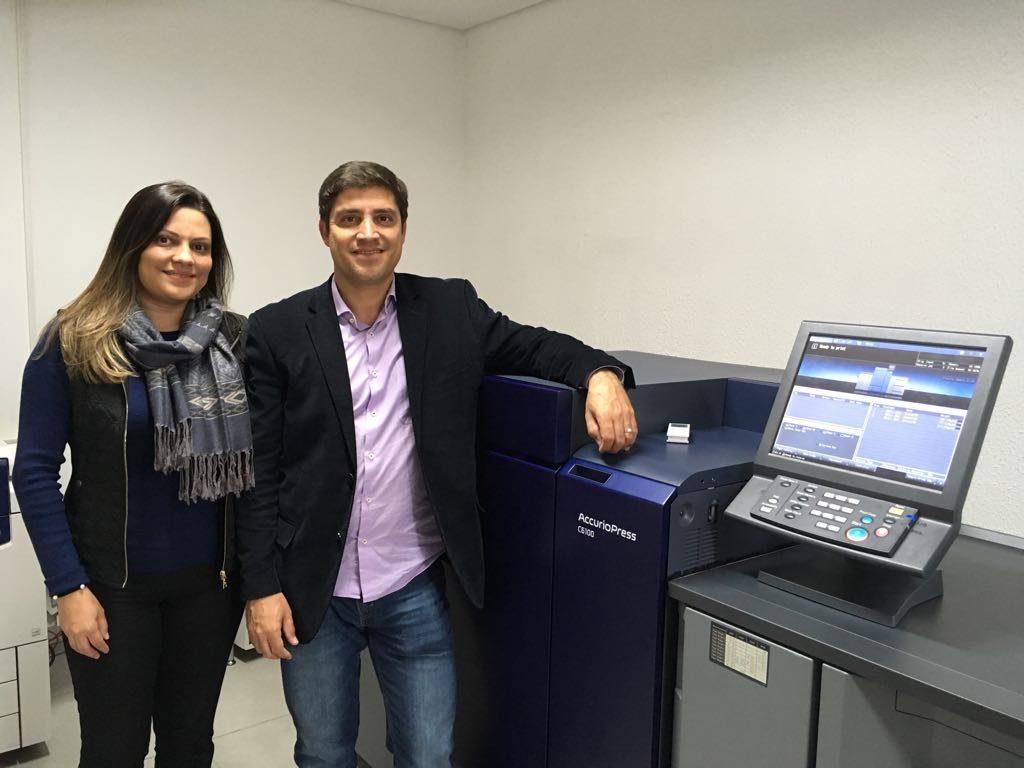 André Lopes, da Facility Print, ao lado da AccurioPRESS C6100